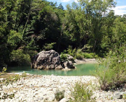 der fluss cecina beim biobauernhof in der toskana ein bio-agriturismo mit ferienwohnungen und pool